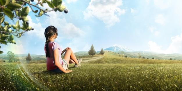 Reizen als levensstijl. een jonge reizigersvrouw die van het berglandschap geniet. toeristische reiziger. toerisme. avontuur. wandeltocht