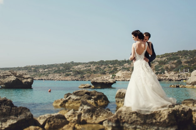 Reizen bruidegom in openlucht bowtie knuffelen