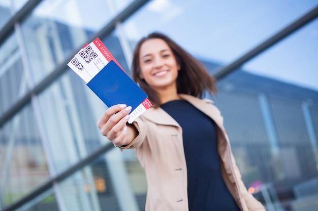 Reizen. close-up van de paspoorten en de instapkaart van de meisjesholding bij luchthaven