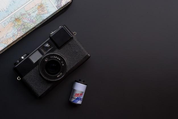 Reizen concept. met oude camerafilms, kaart-, boek- en reisaccessoires