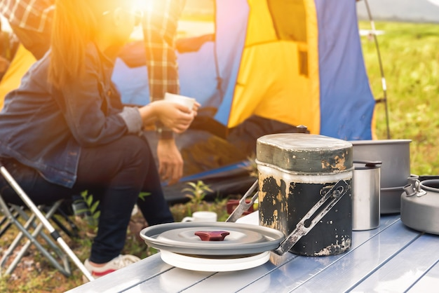 Reizen en kamperen in natuurpark. recreatie en reis outdoor activiteit. toeristentent in het bos.