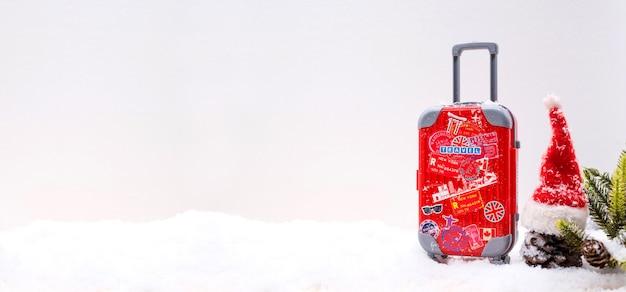 Reizen en vakantie op winterseizoen met sneeuw. reiskoffer voor vakantie.