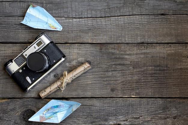 Reizen, houten achtergrond, kaart, camera