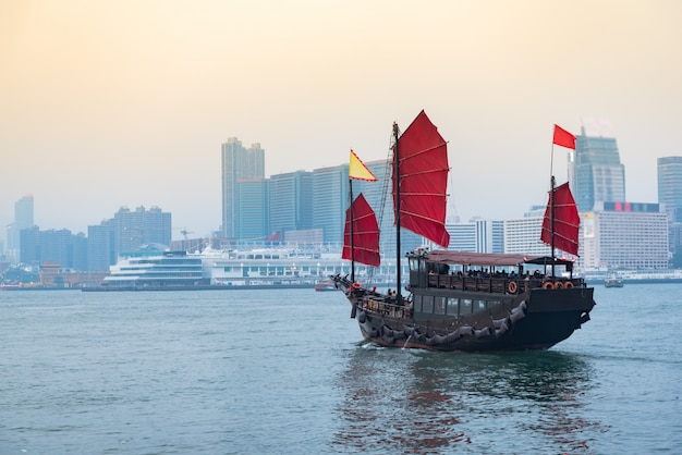 Reizen in hong kong, traditionele houten zeilboot vaart door in victoria.