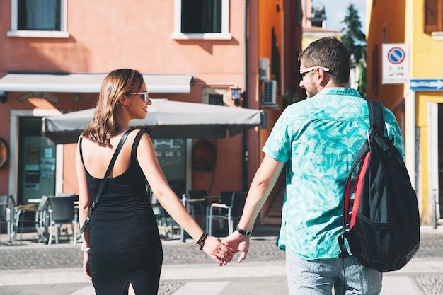 Reizen italië. liefhebbers in verona met italiaanse straten en café op de achtergrond.