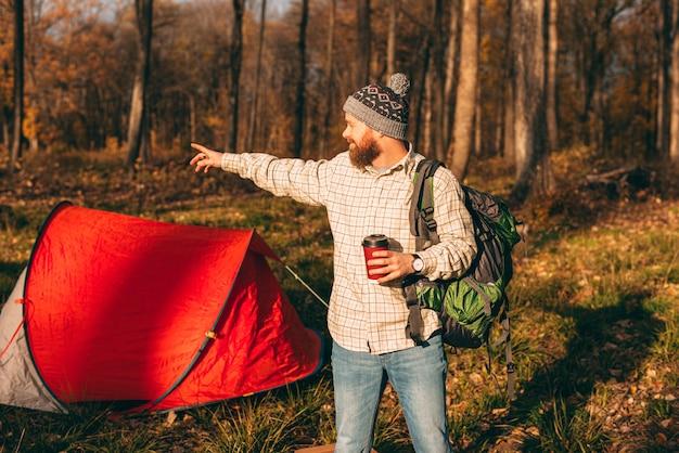 Reizen, mensen en een gezonde levensstijl. jonge man met kralen, met rugzak