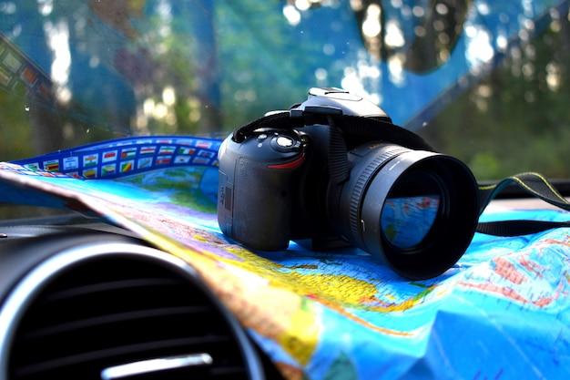 Reizen met een camera. op vakantie gaan. het concept van openluchtrecreatie.