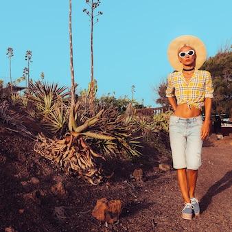 Reizen mode meisje. canarisch eiland. kleding in landelijke stijl. woestijn