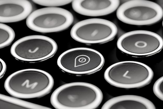 Reizen pictogram op retro-stijl computertoetsenbord voor online boeking concept