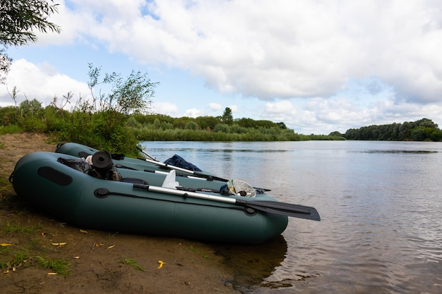 Reizen, raften op een opblaasbare rubberboot op de rivier. actief recreatieconcept.