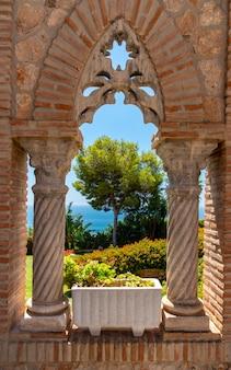 Reizen sightseeing in spanje op zoek door kasteel raam