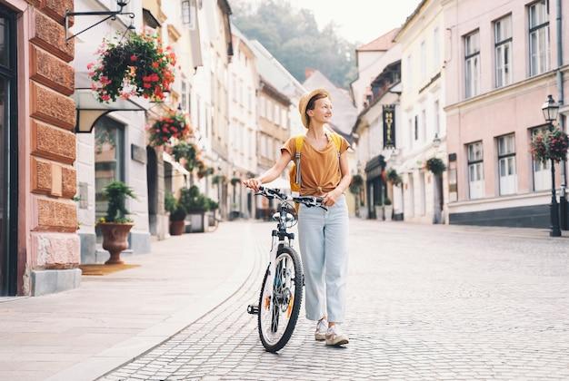 Reizen slovenië europa reizigersvrouw verkent de bezienswaardigheden van de europese stad lokaal wonen in ljubljana
