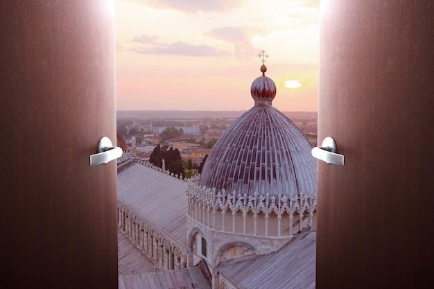 Reizen, toerisme, service. deuren zwaaien open met uitzicht op de kathedraal van pisa, italië
