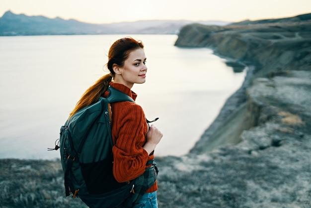 Reizen toerisme vrouw buiten in de bergen landschap zonsondergang zee