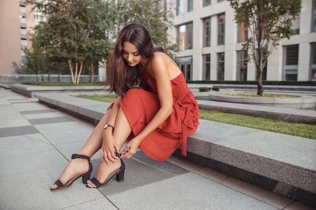 Reizen toeristische meisje op vakantie poseren op straat met mooie benen in hoge hakken stad stad