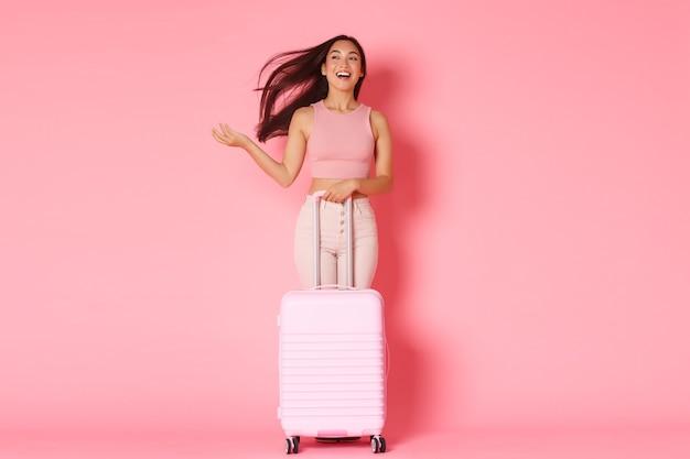 Reizen, vakantie en vakantie concept. het onbezorgde, brutale aziatische meisje van volledige lengte gaat eindelijk naar het buitenland