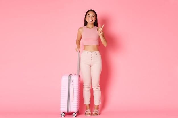 Reizen, vakantie en vakantie concept. leuk aziatisch meisje klaar om nieuwe landen te verkennen
