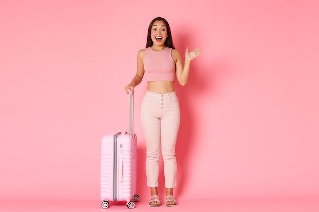Reizen, vakantie en vakantie concept. vrolijk glamour aziatisch meisje in zomerkleren