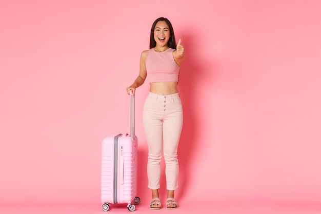 Reizen, vakantie en vakantie concept. vrolijk lachend, aantrekkelijk aziatisch meisje in zomerkleren