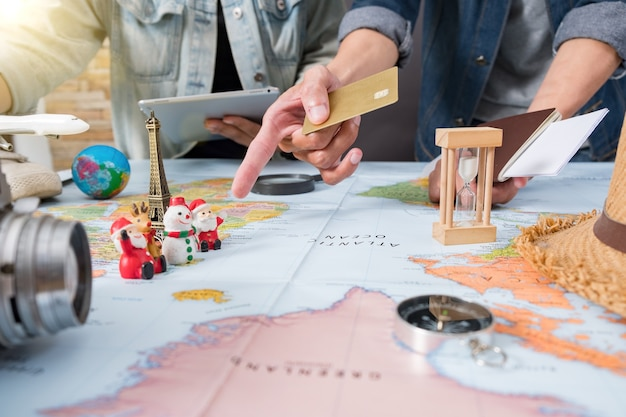 Reizen vakantie toerisme kaart schaven - reisplan, reis vakantie, toerisme mockup, outfit van reiziger.