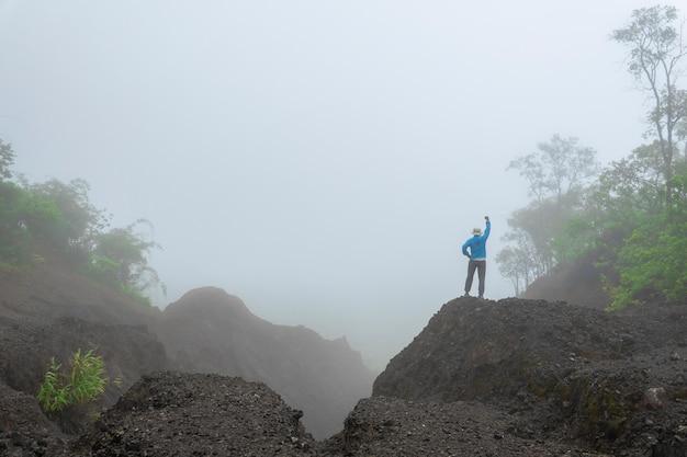 Reizen wandelen langs bos mountain view ochtendnevel in azië.