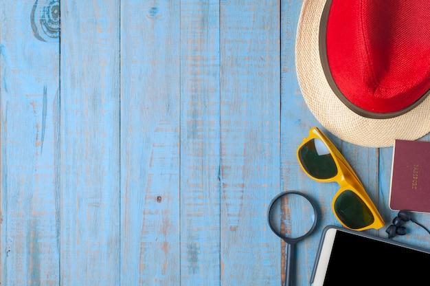 Reizen, zomeraccessoires op blauw hout