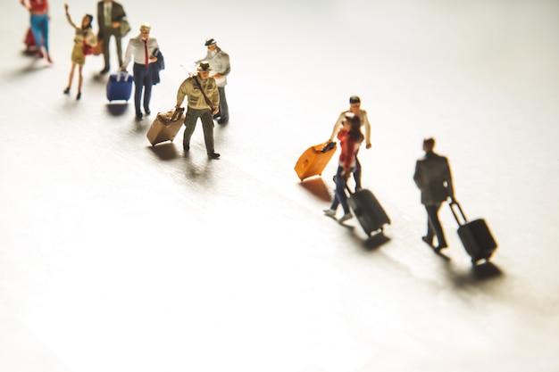 Reizend concept met groep reizigers in miniatuur