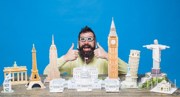 Reizend concept reis- en vakantiewerelden monumenten kopieer d puzzels bebaarde man met d puzzels