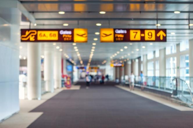 Reizend concept, Reizigers die met een bagage bij luchthaven lopen