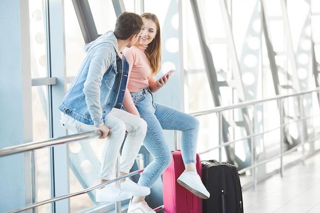 Reizend stel. liefhebbers reis. jonge man en vrouw op de luchthaven. familie rondleiding.