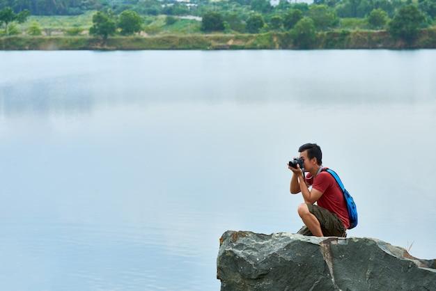 Reizende fotograaf in een natuurlijk landschap