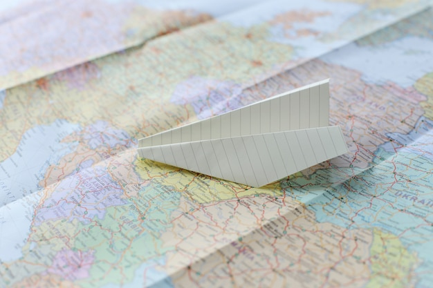 Reizende kaart en papieren vliegtuig