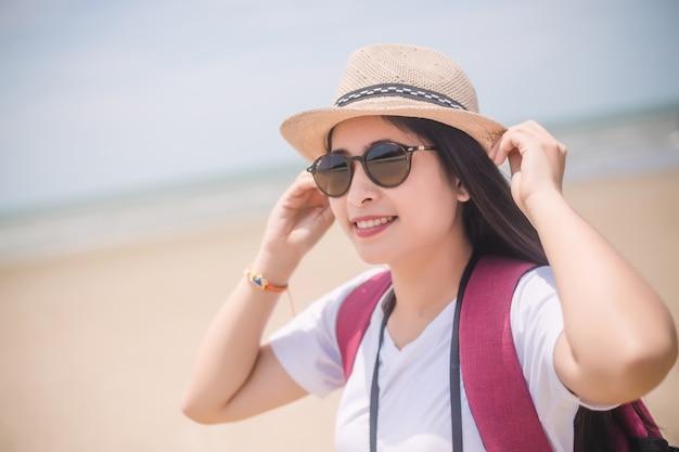 Reizende mensen concept. jonge gelukkig aziatische gril op het strand