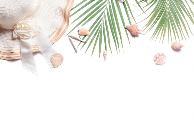Reiziger accessoires, tropische palmtak takken en grote hoed geïsoleerd