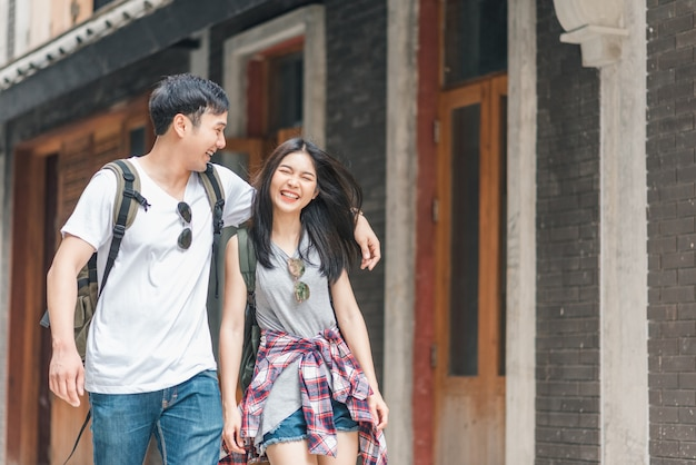 Reiziger aziatisch backpackerpaar die het gelukkige reizen in peking, china voelen