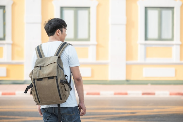 Reiziger aziatische man reizen en wandelen in bangkok, thailand