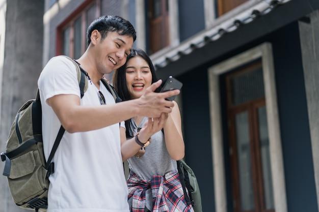 Reiziger aziatische paarrichting op locatiekaart in peking, china