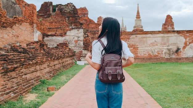 Reiziger aziatische vrouw die vakantiereis doorbrengt in ayutthaya, thailand
