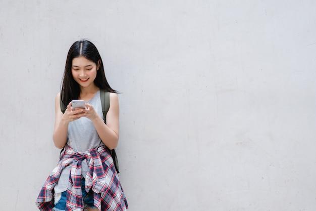 Reiziger aziatische vrouwenrichting op locatiekaart in peking, china
