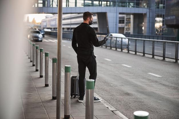 Reiziger bestelt taxi vanaf het vliegveld tijdens de pandemie