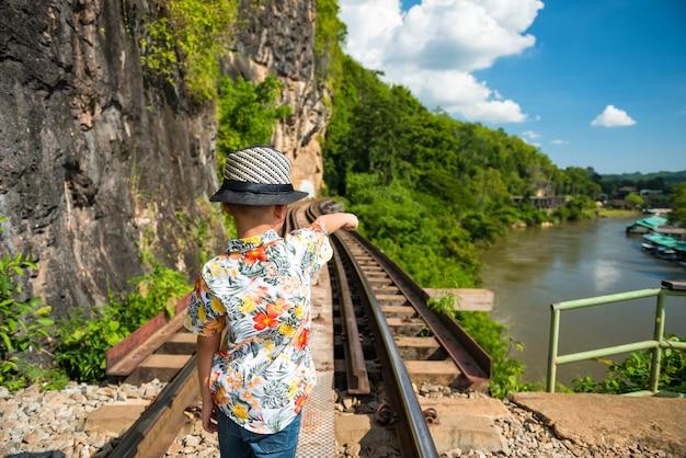 Reiziger bij death railway, kanchanaburi