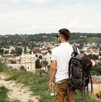 Reiziger bovenop de stad