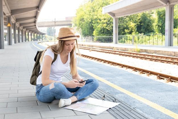 Reiziger controleert haar telefoon voor informatie