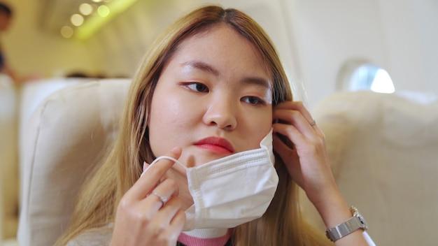Reiziger die gezichtsmasker draagt tijdens het reizen