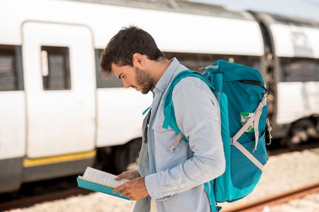 Reiziger die het boek bekijkt