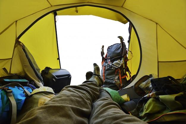 Reiziger die in de tent ligt