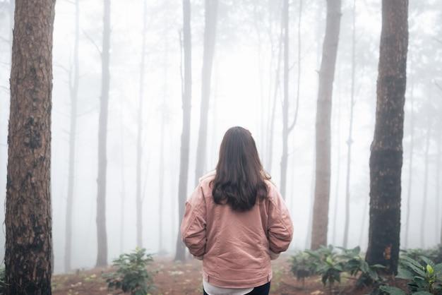 Reiziger die in het bos loopt, achterkant