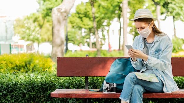 Reiziger die medisch masker in het park draagt