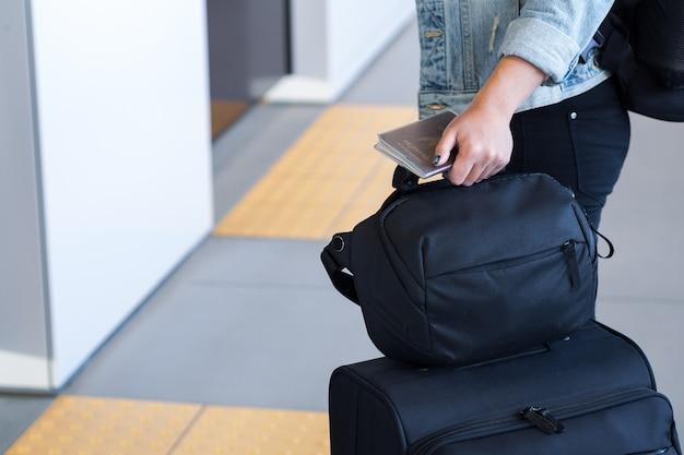 Reiziger die met koffer op trein in platform wacht