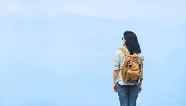 Reiziger die met rugzak blauwe hemel, de vrouw van azië backpacker bekijken